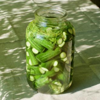 kovászos uborka üvegben